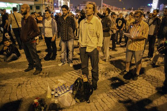 1- la-banane-qui-parle-L'homme debout en Turquie. AFP