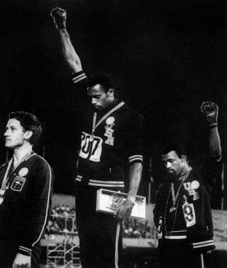 3- la-banane-qui-parle-Tommie Smith et John Carlos lèvent le poing lors des JO de Mexico en 1968. AFP