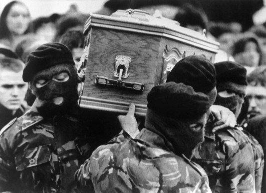8- la-banane-qui-parle-Les funérailles de Bobby Sands. AFP