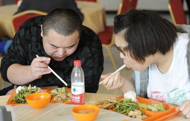 334551_des-chinois-dans-un-restaurant-a-pekin