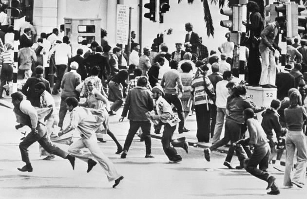 Affrontements entre des manifestants anti-apartheid et la police sud-africaine au Cap, le 1er octobre 1976. AFP