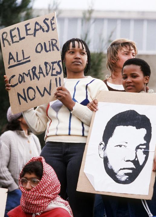 Le 29 août 1985, des sympathisants viennent apporter leur soutien à Nelson Mandela et demandent sa libération, plus de vingt ans après son emprisonnement. AFP