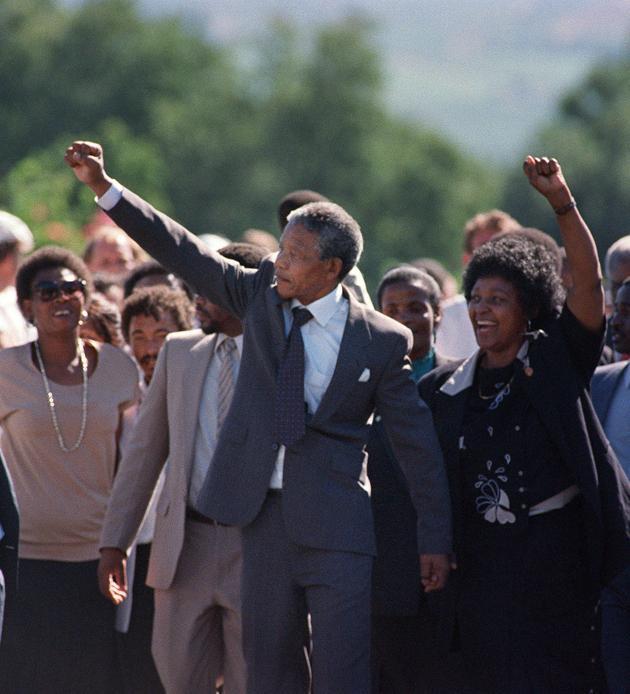 Nelson Mandela et sa femme Winnie lèvent le poing en signe de victoire : après 26 ans de prison, le leader de la lutte contre l'apartheid est enfin libéré, le 11 février 1990. AFP