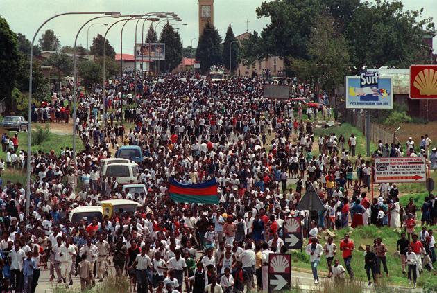 Des milliers de résidents du camp de Soweto affluent vers l'Orlando Stadium pour célébrer la libération de Nelson Mandela. AFP