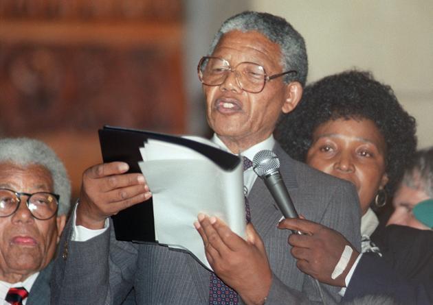 Nelson Mandela prononce son premier discours depuis sa libération après 26 ans de prison, au Cap. Il appelle la communauté sud-africaine blanche à rejoindre l'ANC afin d'oeuvrer pour une Afrique du Sud unifiée. AFP