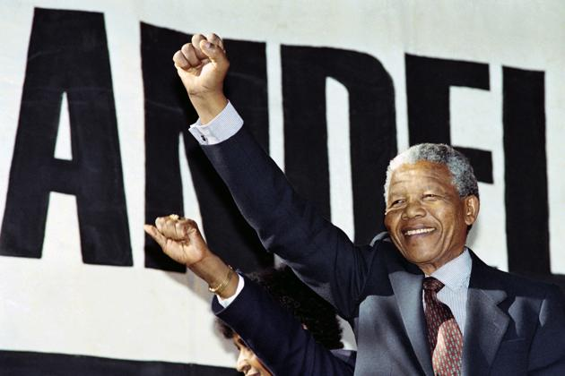 """Nelson Mandela au concert """"Human rainbow"""" organisé pour célébrer la libération de Nelson Mandela après 27 ans de prison, le 17 mars 1990. AFP"""