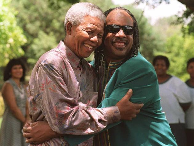 Nelson Mandela avec Stevie Wonder, le 6 février 1996. AFP