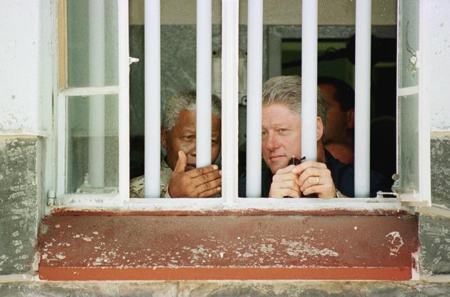 27 mars 1998. Le président des Etats-Unis de l'époque, Bill Clinton, visite la cellule de Robben Island, où Nelson Mandela fut emprisonné 18 de ses 26 années de prison. AFP