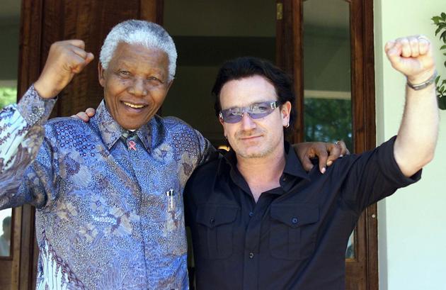 Nelson Mandela avec Bono, le leader du groupe U2, le 25 mai 2002. AFP