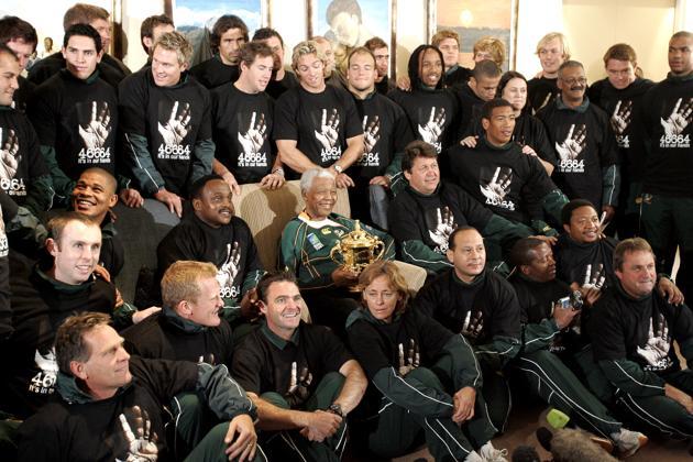 Nelson Mandela pose avec les joueurs de l'équipe d'Afrique du Sud de rugby après leur victoire en Coupe du monde en France, le 27 octobre 2007. AFP