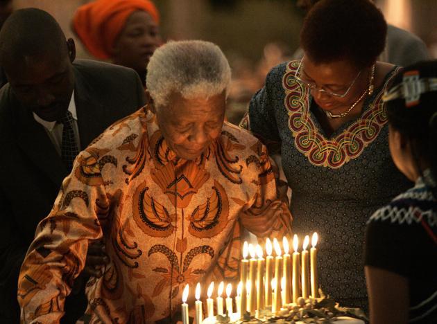 Nelson Mandela souffle les bougies de son 90e anniversaire, le 19 juillet 2008. AFP