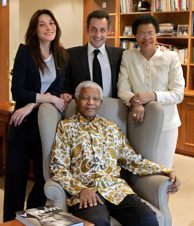 Nelson Mandela et sa femme Graca Machel avec Carla Bruni-Sarkozy et Nicolas Sarkozy au Cap, en Afrique du Sud, le 29 février 2008. AFP