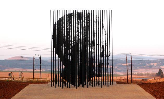 Une sculpture représentant Nelson Mandela est inaugurée à Howick pour commémorer le 50e anniversaire de la capture de Nelson Mandela par la police sud-africaine, le 4 août 2012. AFP