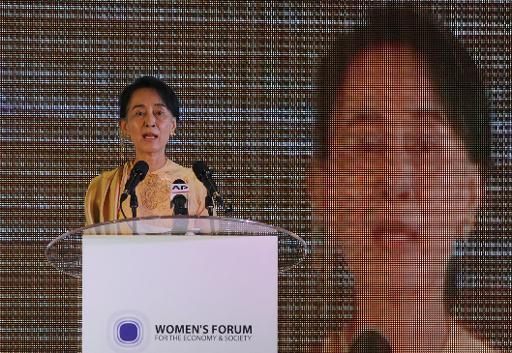 L'opposante birmane Aung San Suu Kyi rend hommage à Nelson Mandela, après l'annonce de son décès, le 6 décembre 2013 à Rangoun