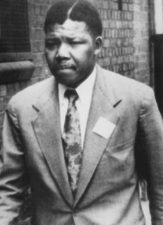 En 1944, Nelson Mandela entre au Congrès national africain (ANC) pour participer à la lutte non violente contre les lois de l'apartheid, mises en place par la minorité blanche en Afrique du Sud. AFP