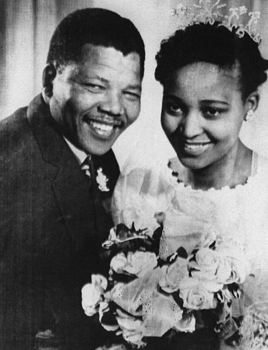 En 1944, Nelson Mandela entre au Congrès national africain (ANC) pour participer à la lutte non violente contre les lois de l'apartheid, mises en place par la minorité blanche en Afrique du Sud. AFP En 1958, il se marie avec Winnie, la première travailleuse sociale noire. Ils auront deux filles : Zeni (née le 4 février 1958), et Zindzi (née en 1960). Marié une première fois en 1944, il divorce en 1957, soit un an avant sa seconde union. AFP