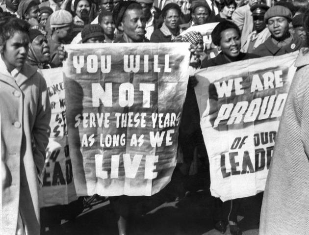 Le 12 juin 1964, Nelson Mandela et sept autres membres de l'ANC sont condamnés à la prison à vie pour conspiration, sabotage et trahison. Des milliers de sympathisants viennent alors apporter leur soutien à leur leader. AFP