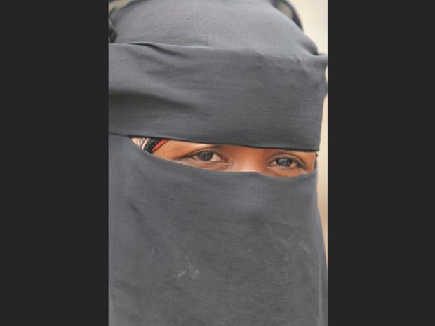 femme-voilee-dans-une-rue-de-zabid_620x465