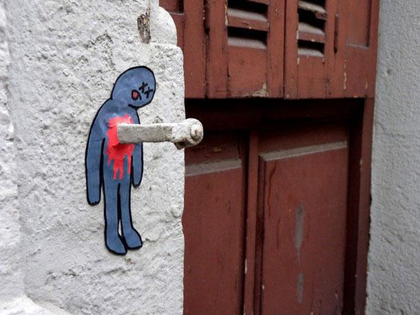 labananequiparle-Funny-Street-Art-07-poignard