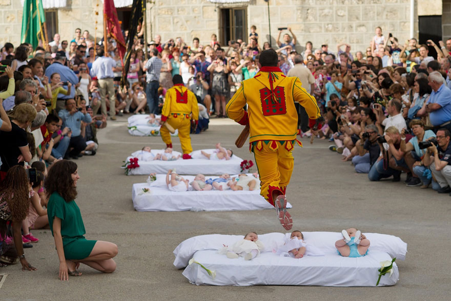 labananequiparle-unique-festivals-around-the-world-baby-jumping-festival-2
