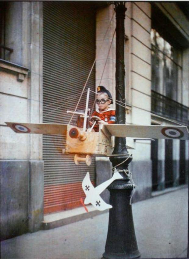 labananequiparle--rares-photos-de-paris-au-20e-siecle-refont-surface-en-couleur25