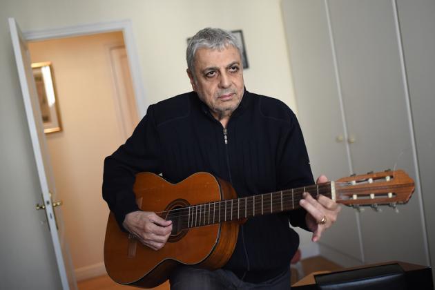 French singer and musician Gaston Ghrenassia, also know as Enrico Macias, poses on September 29, 2015 at home in Paris. AFP PHOTO / STEPHANE DE SAKUTIN / AFP / STEPHANE DE SAKUTIN