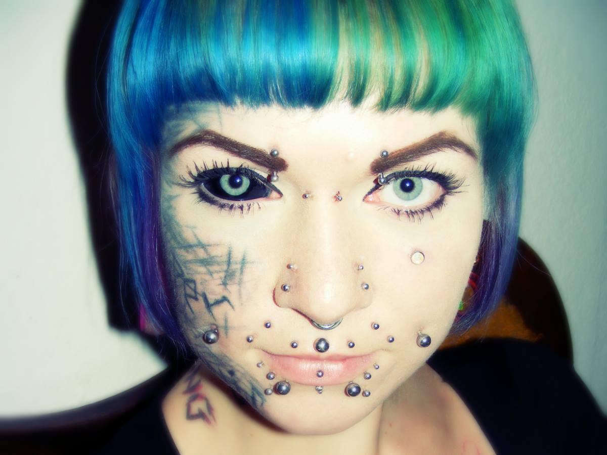 tatouage blanc des yeux rouge